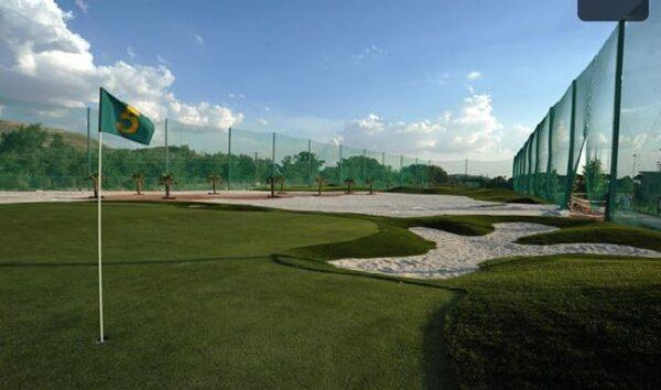 escuela de golf de cesped artificial